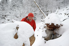 Zwart Forest Hiker in de winter Stock Afbeeldingen