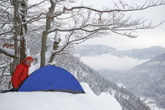 Zwart Forest Hiker in de winter Royalty-vrije Stock Foto