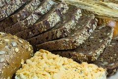 Zwart gesneden brood met sesam en zonnebloemzaden royalty-vrije stock fotografie