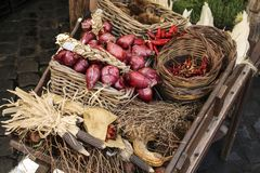 Zwart graan, droge peper, uien op één van de landbouwersmarkten stock foto