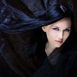 zwart haar en blauwe ogen stock foto