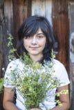 Zwart-haired tienermeisje met een boeket van groen royalty-vrije stock afbeeldingen