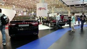 Zwart Hyundai-Grootsheid en Hyundai-Ontstaan bij automobiel-show stock videobeelden