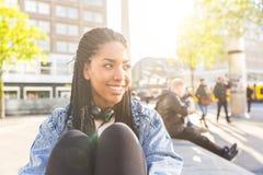 Zwart jong vrouwenportret in Berlijn stock afbeeldingen