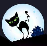 Zwart kattensilhouet in nachtstad Stock Foto
