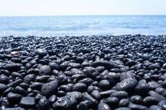 Zwart kiezelsteenstrand op het Grote Eiland Hawaï royalty-vrije stock afbeeldingen