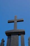 Zwart kruis op blauwe hemelachtergrond Stock Afbeelding