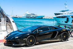 Zwart Lamborghini in de haven stock foto