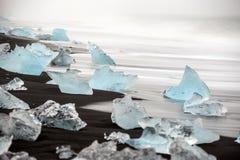 Zwart lavazand met ijsbergen van gletsjers royalty-vrije stock foto