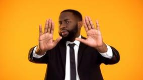 Zwart mannetje die eindeteken tonen die protest uitdrukken tegen omkoperij en wetsinbreuk royalty-vrije stock fotografie