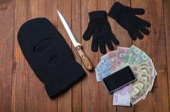 Zwart masker met een kanonmisdaad op de lijst Royalty-vrije Stock Afbeelding
