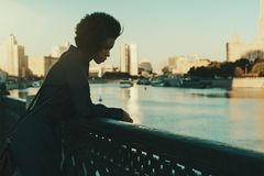 Zwart meisje in Moskou dichtbij rivier royalty-vrije stock fotografie