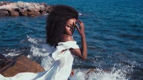 Zwart meisje op het overzees stock videobeelden