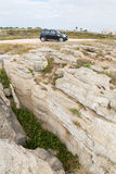 Zwart Mini Cooper dichtbij de rotsen Royalty-vrije Stock Afbeelding