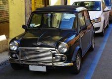 Zwart Mini Cooper met intrekbaar dak royalty-vrije stock afbeeldingen