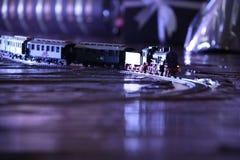 Zwart modelLocomotive op spoorlay-out modeltrein op bruine cho Stock Foto