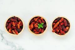 Zwart moerbeiboomfruit in kom Royalty-vrije Stock Afbeelding