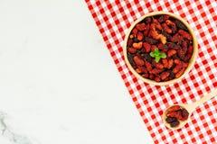 Zwart moerbeiboomfruit in kom Stock Afbeelding
