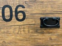 Zwart Nr verf 06 op houten zwarte grond Uitstekende stijl royalty-vrije stock afbeelding