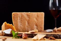 Zwart olandese del formaggio di capra su un bordo di legno Formaggio e vino rosso Immagini Stock Libere da Diritti