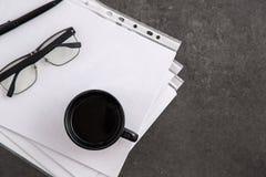 Zwart-omrande optische glazen op documenten op grijze marmeren achtergrond royalty-vrije stock foto's