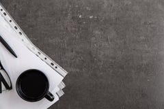Zwart-omrande optische glazen op documenten op grijze marmeren achtergrond stock foto