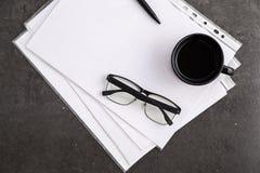 Zwart-omrande optische glazen op documenten op grijze marmeren achtergrond royalty-vrije stock afbeelding