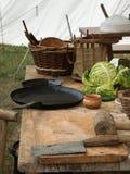 Zwart Pannen, Salade en Mes op Houten Lijst Royalty-vrije Stock Afbeelding