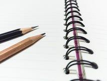 Zwart potlood en houten potlood en boek Royalty-vrije Stock Afbeelding