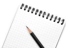 Zwart potlood op blocnote stock afbeelding