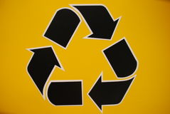 zwart recyclingsteken in geel Stock Fotografie