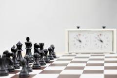 Zwart schaak op een schaakbord Stock Fotografie