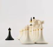 Zwart schaakpand tegengesteld aan witte degenen stock foto
