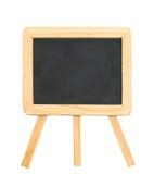 Zwart schoolbord met schone houten kader en driepoottribuneisola Stock Afbeeldingen