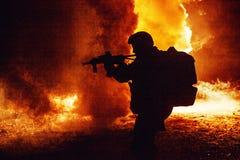 Zwart silhouet van militair stock afbeelding