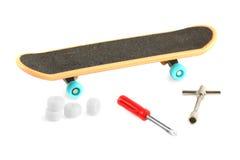 Zwart skateboard dichtbij hulpmiddelen Royalty-vrije Stock Afbeeldingen