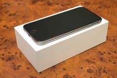 Zwart Smartphone op de doos, modern elektronisch apparaat Stock Afbeelding