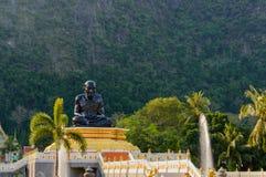 Zwart standbeeld van Boeddhistische Monnik Sitting Olifantsberg op achtergrond royalty-vrije stock foto