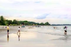 ZWART STEENstrand, KUANTAN, PAHANG - 1 JUNI 2013 - de mening van Nice van mensen die en dichtbij het strand spelen zwemmen Stock Foto's