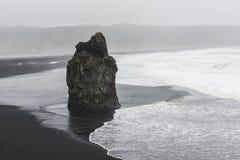 Zwart strand in Reynisdrangar, Vik, IJsland Stock Afbeeldingen