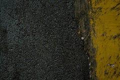 Zwart tarmac en het gele weg merken royalty-vrije stock foto's