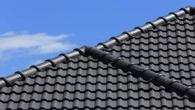 Zwart tegelsdak op een nieuw huis stock afbeelding