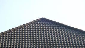 Zwart tegelsdak op een nieuw huis met blauwe hemel Stock Fotografie