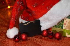 Zwart teken met ruimte voor Kerstmiswensen onder decoratie Royalty-vrije Stock Afbeeldingen
