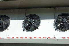 Zwart ventilatiesysteem op een witte muur royalty-vrije stock afbeeldingen