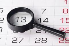 Zwart vergrootglas over kalender Royalty-vrije Stock Foto