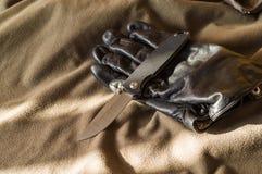 Zwart vouwend mes en zwarte handvatten De stralen van de zon op het mes royalty-vrije stock afbeeldingen