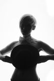 Zwart-wit beeld die van vrouw haar borsten behandelen met een hoed royalty-vrije stock foto