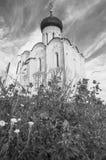zwart-wit beeld Kerk van de Interventie van de Vergine Santa op de Nerl-Rivier op de heldere de zomerdag Stock Afbeeldingen