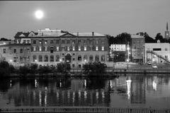 Zwart-wit beeld van aan de andere kant gezien kanaal en historische gebouwen, Oswego, New York, 2016 Stock Foto's